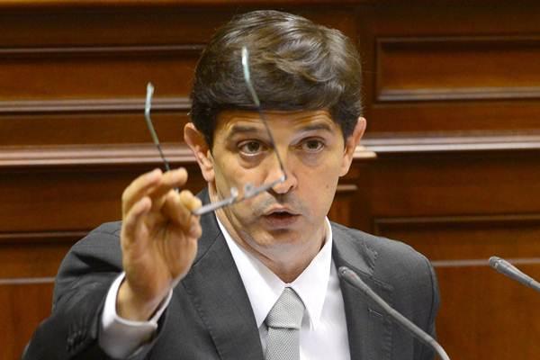 Javier González Ortiz, en el pleno parlamentario de ayer.   SERGIO MÉNDEZ