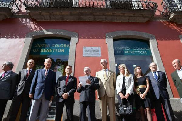 El alcalde, José Manuel Bermúdez, estuvo acompañado por los miembros de la Tertulia de Amigos del 25 de Julio, impulsores de la iniciativa. | DA