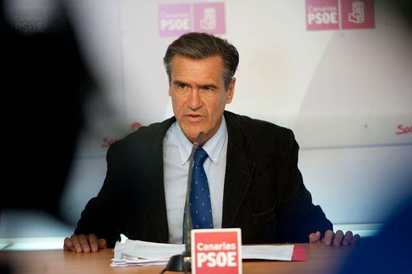 López Aguilar, ayer en rueda de prensa, celebrada en la sede insular del PSOE de Tenerife.| FRAN PALLERO