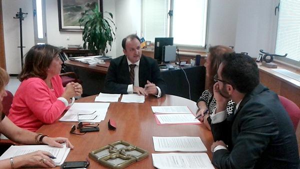 Imagen del viceconsejero durante su última reunión con la asociación de alquiler vacacional. / DA