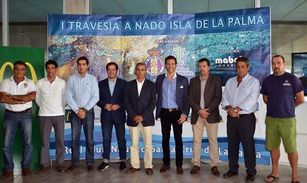 El presidente del Náutico junto con David Meca, los representantes de las administraciones implicadas y el equipo organizador de la prueba. / DA