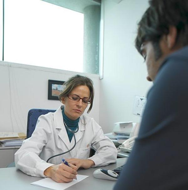 Los facultativos de Primaria tienen cada vez menos tiempo real para poder atender a sus pacientes. / DA