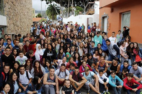 Los escolares, con Joan Pahisa, pudieron disfrutar de una gran experiencia en MiradasDoc. / DA