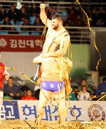 Marcos Ledesma levanta al campeón Alvaro Déniz del Mundial Lucha Ssireum 2014
