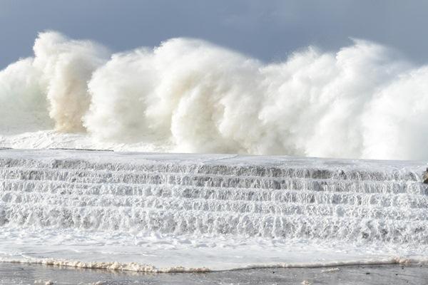 El fuerte oleaje, como el de Bajamar, fue una constante en el litoral de la zona Norte. / SERGIO MÉNDEZ