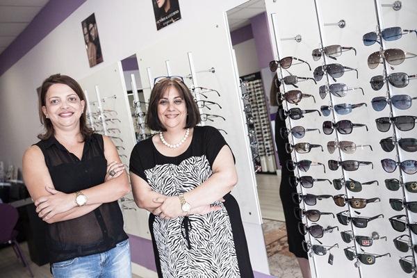 La propietaria del Centro Óptico La Victoria, Mitra Nekoudin (izquierda), con Gladys Rodríguez, auxiliar de óptica. / DA