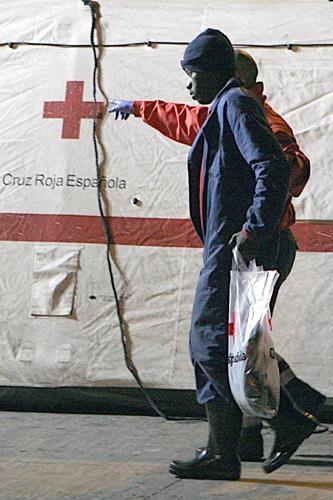 Cruz Roja se encarga de asistir a los inmigrantes a pie de playa. / DA