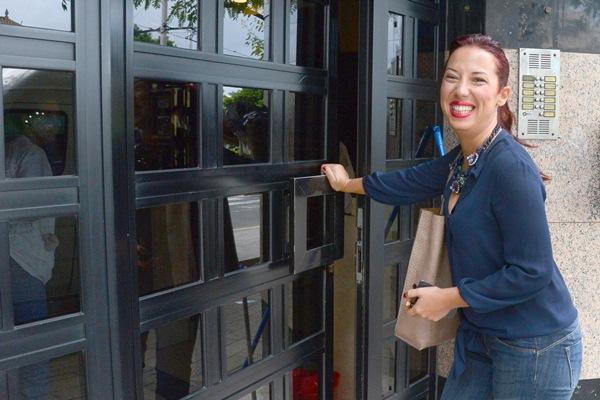 Patricia Hernández llega a la sede regional del PSOE en Santa Cruz de Tenerife. / SERGIO MÉNDEZ