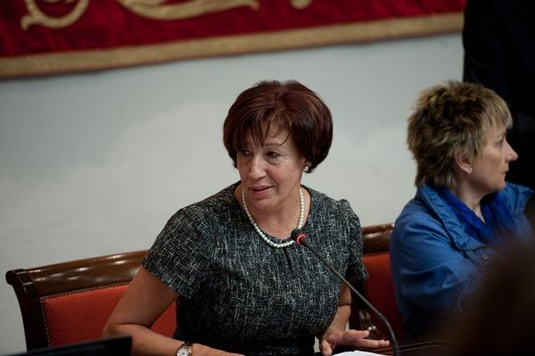 La consejera de Políticas Sociales, Inés Rojas, ayer, en la comisión parlamentaria. / FRAN PALLERO
