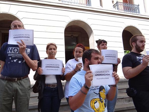 Activistas contra las prospecciones, ayer, ante la Subdelegación. / DA