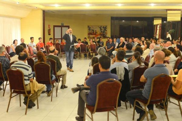 El hotel Puerto Palace congregó ayer a un nutrido grupo de vecinos que demandan un cambio. / SERGIO MÉNDEZ