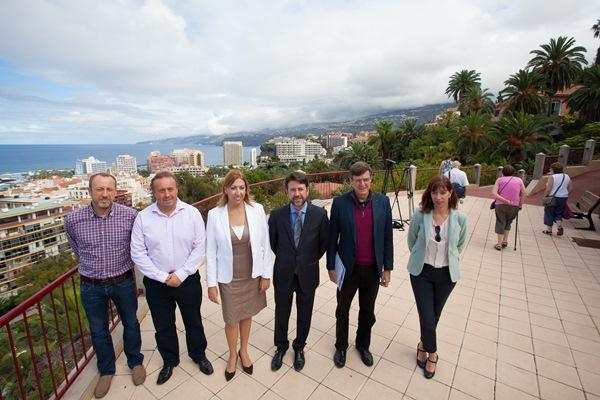 Padrón, Ledesma, Rodríguez, Alonso, Becerra y Manjón presentaron ayer el plan en la zona del Taoro. / DA
