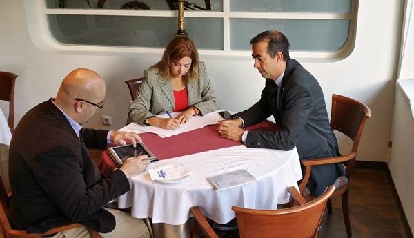 Responsables del Gobierno local y Ashotel, durante el encuentro que mantuvieron ayer. / DA