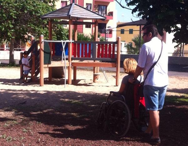 El parque infantil no es accesible para niños con diversidad funcional. / DA