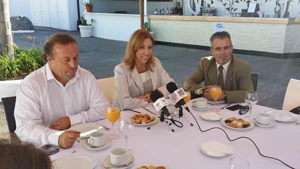 Sebastián Ledesma, Sandra Rodríguez y Juan Carlos Marrero, en las instalaciones del Lago Martiánez. | DA