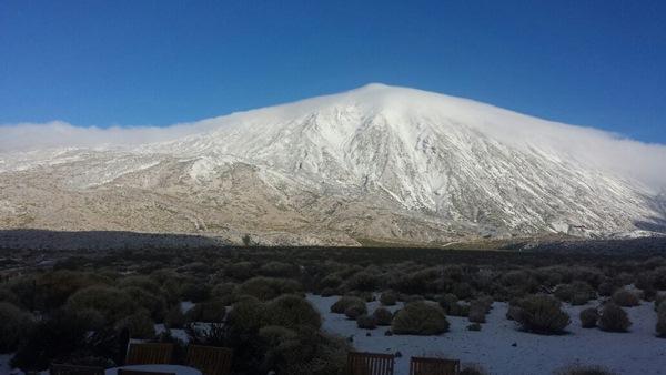 Espectacular imagen del Teide nevado captada desde el Parador Nacional. / LOS JARDINEROS