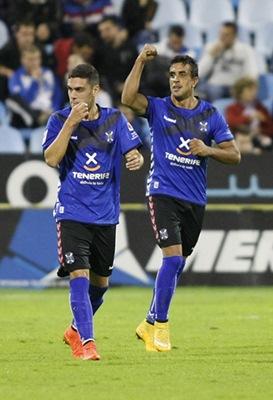 Ifrán celebra uno de los goles marcados ayer. / TONI GALÁN