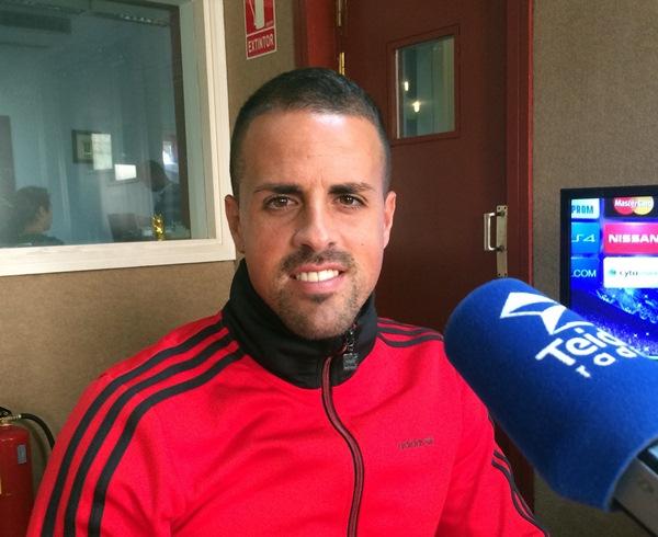 El jugador de Valleseco, durante su visita a los estudios de Teide Radio. / DA