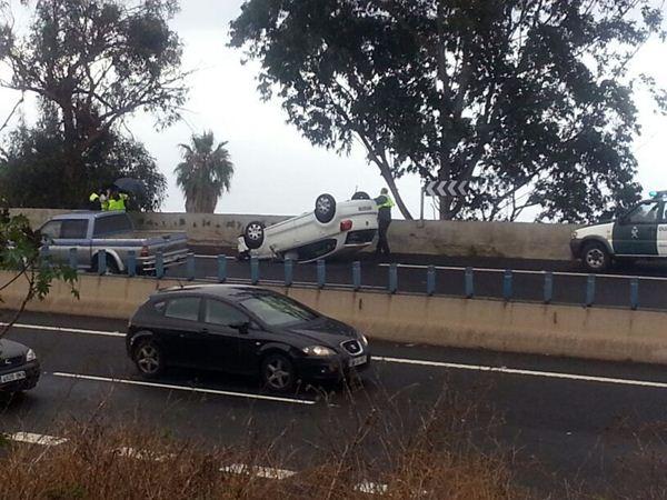 Imagen del vehículo volcado en la TF-5. | LOS JARDINEROS