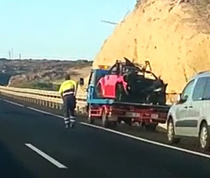 El turismo quedó en siniestro total tras la colisión. / LOS JARDINEROS.