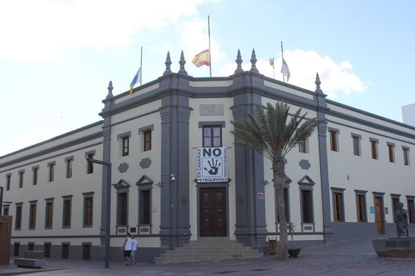 Las banderas ondean a media asta en el Cabildo de Fuerteventura en señal de protesta por el inicio de las prospecciones. / DA
