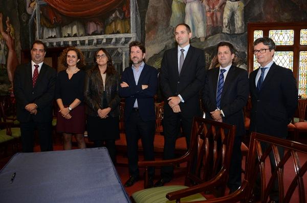 El presidente del Cabildo, junto con representantes de las diferentes entidades bancarias. / DA