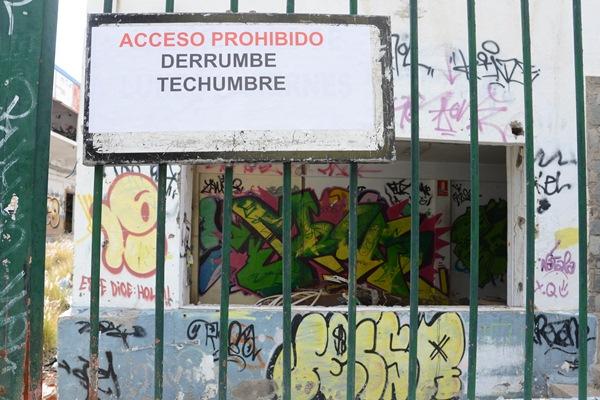 El Ayuntamiento ha precintado el acceso a la fábrica y ha acordonado la zona del derrumbe. / DA
