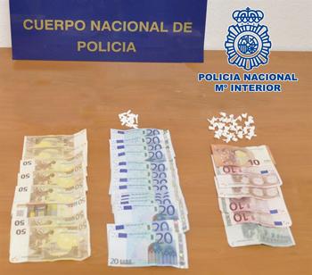 Realizaba las ventas tanto en el interior del mismo como en la vía pública. Intervinieron un total de 40 dosis de crack, 20 pastillas de trankimazín y 770 euros en efectivo. / POLICIA NACIONAL