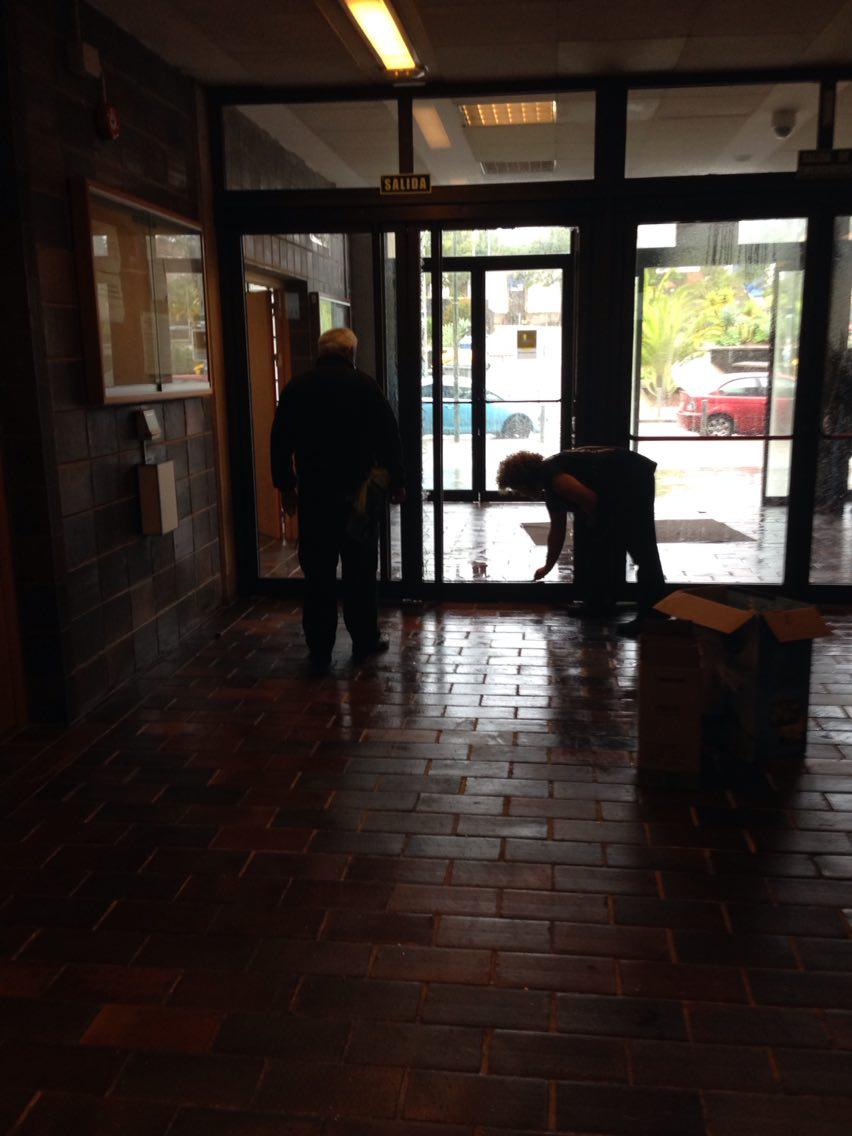 Rotura de la puerta de cristal en un centro de la ULL, que ha suspendido las clase del turno tarde/ noche. /DA