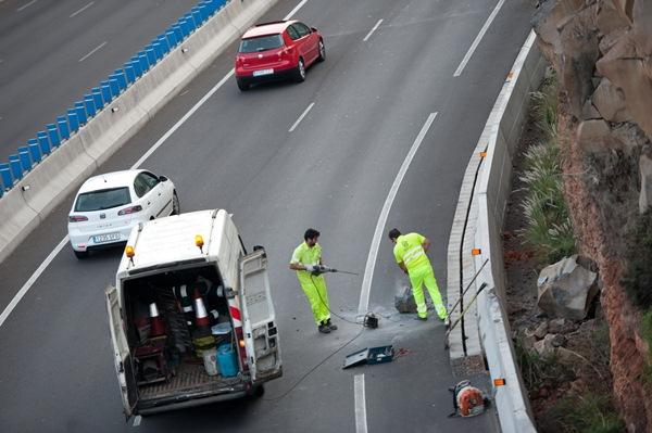 Personal del Cabildo de Tenerife actuando en la limpieza de la TF-2./ F. P.