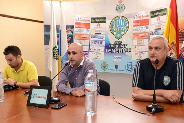 Héctor Galán, flanqueado por el jefe de prensa del Uruguay y el técnico Francis Arocas. / SERGIO MÉNDEZ