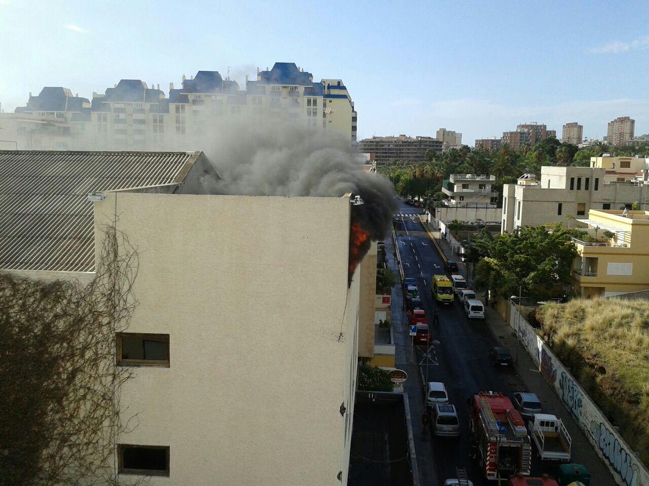 Las llamas afectaron a la parte alta del edificio. | DA