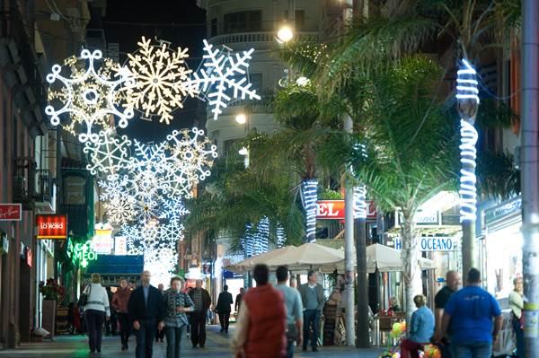 Las calles de la capital tinerfeña lucen en esta Navidad 1.300.000 bombillas led. | FRAN PALLERO