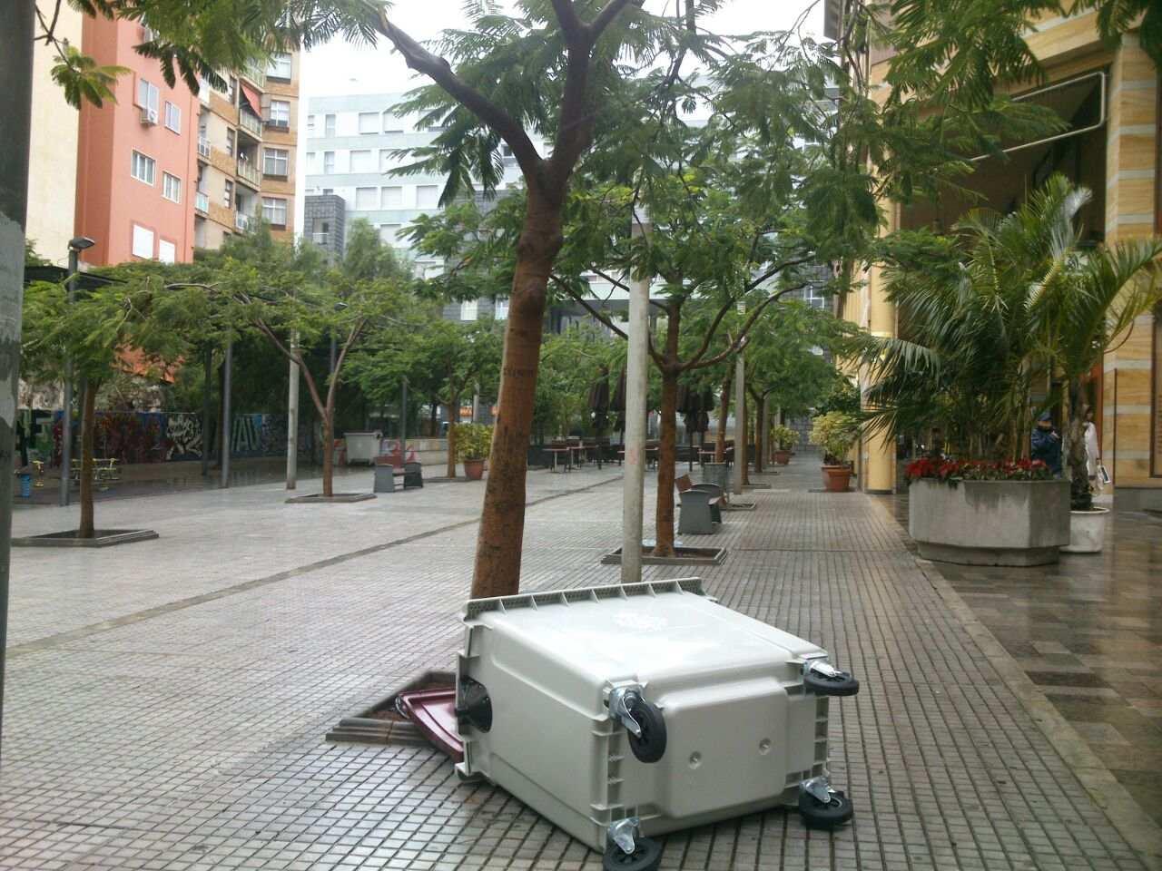 El desplazamiento del mobiliario urbano por las rachas de viento en Santa Cruz./ DA