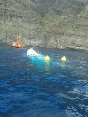 Imagen de la embarcación siendo reflotada por Salvamento Marítimo. | DA