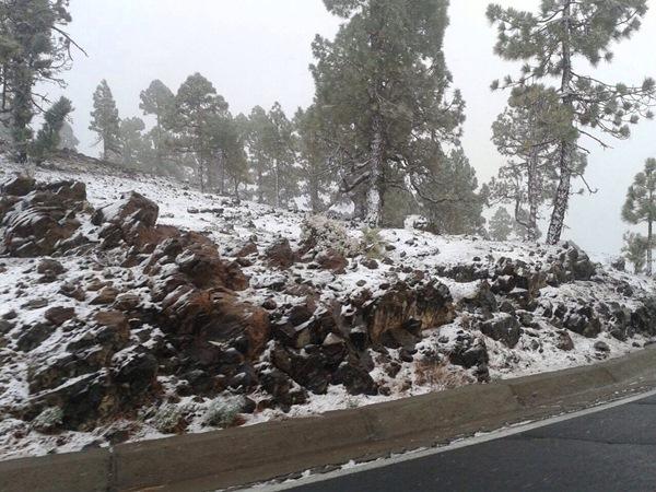 Las primeras nieves de la temporada ya han llegado al Teide en la cota de 1.800 metros. / DAVID CALVO