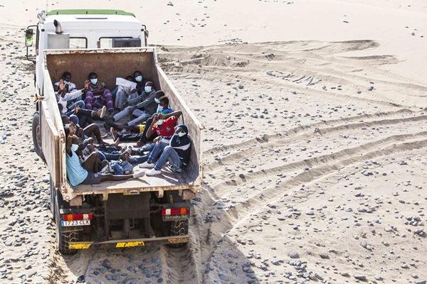 Los sin papeles fueron trasladados en un camión de basura. / REUTERS