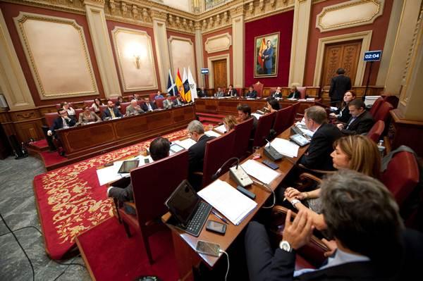 El Pleno se suspendió ayer por la alerta meteorológica, después de ver 11 puntos de los 37 previstos. | F. PALLERO
