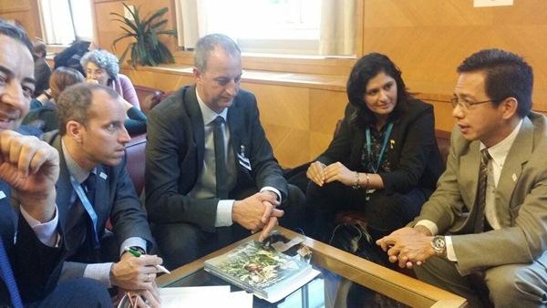 Carmen Luisa Castro, durante una de las reuniones en Ginebra. / DA