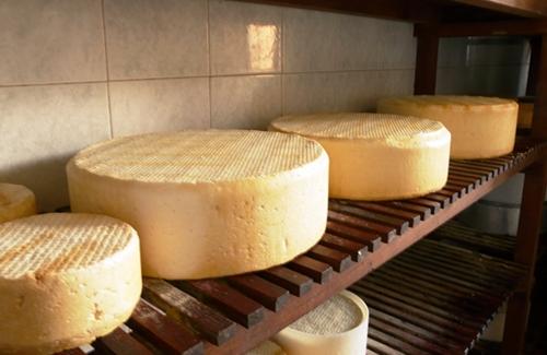 Si no abre este ahumadero de El Tablero, el stock de queso ahumado puede peligrar. / DA