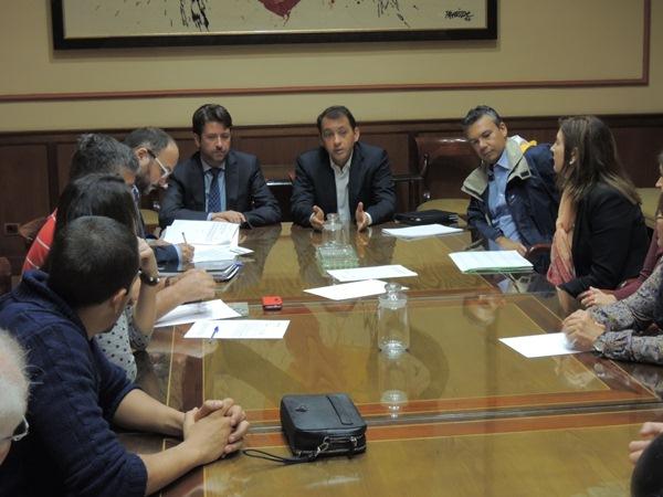 Carlos Alonso y José Manuel Bermúdez presidieron la reunión con los vecinos y comerciantes. / DA
