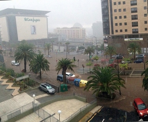 Así estaba la santacrucera avenida de Tres de Mayo durante el temporal del día 19. / <a href=