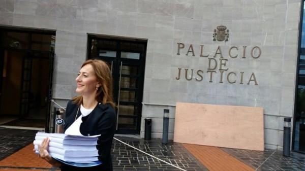 En la foto, Águeda Montelongo llegando al Palacio de Justicia esta mañana. / DA