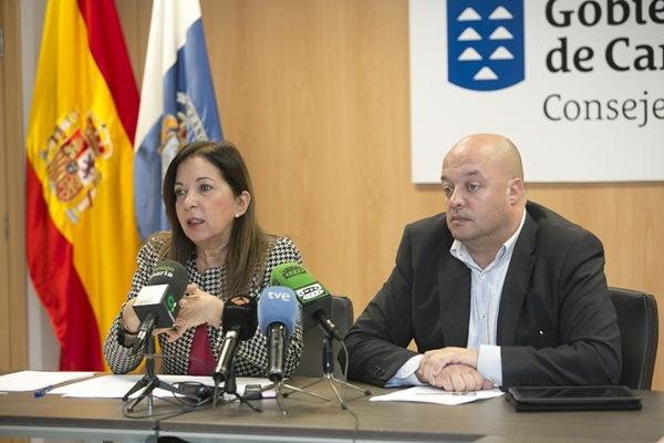 La consejera de Sanidad, Brígida Mendoza, y el director general de Salud Pública, José Díaz-Flores. / DA