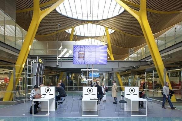 Imagen de una zona wifi en el aeropuerto Madrid Barajas. / DA