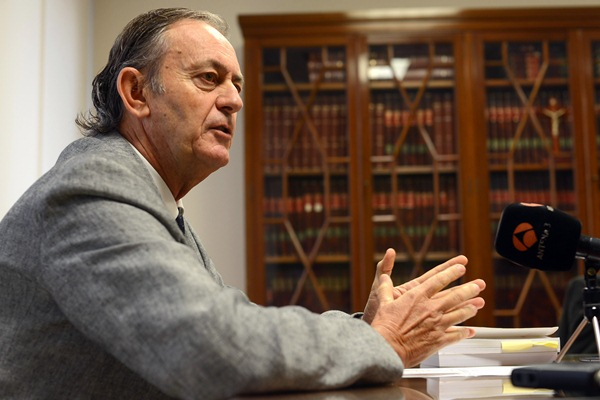 El presidente de la Audiencia provincial, Joaquín Astor, ayer durante el encuentro con la prensa. / SERGIO MÉNDEZ