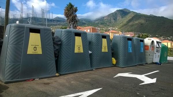 Grandes contenedores de basura en la zona del cementerio de Candelaria. / NORCHI