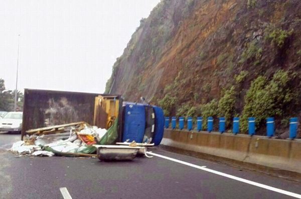 Imagen de archivo de un camión volcado en este peligroso tramo de la TF-5. / DA