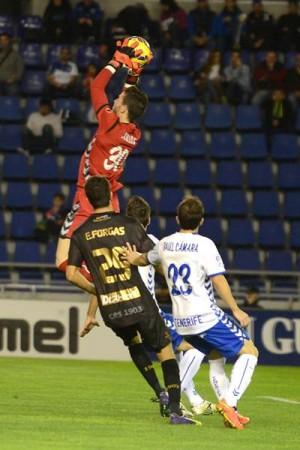 Carlos volvió a dejar la portería a cero en el último encuentro liguero. / FRAN PALLERO