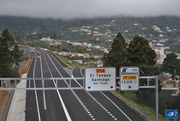 Con la apertura del anillo, la carretera de El Amparo ha triplicado su densidad de vehículos. /  DA